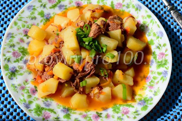Картофель с тушенкой готов
