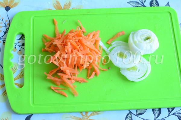 Натрите морковь и лук
