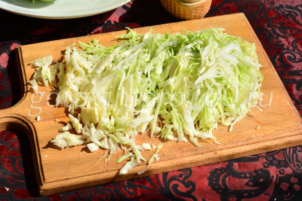 Нарежьте капусту