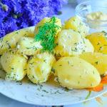 Молодой картофель со сметаной, чесноком и укропом