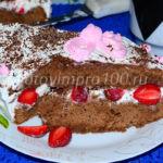 Шоколадный торт со сметанным кремом и клубникой