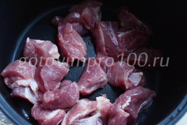 Выложите мясо